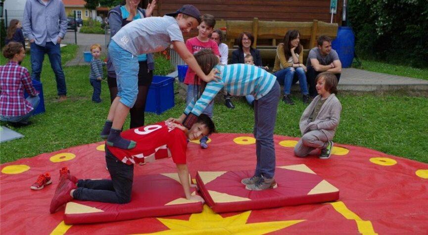 Akrobatisches Geschick konnten die Kinder beim Mitmach-Zirkus unter Beweis stellen.