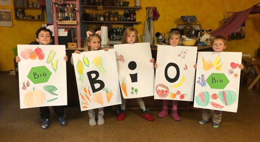 """Der Waldorfkindergarten """"Pusteblume"""" zeigt Farbe im Rewe Markt Ringen"""